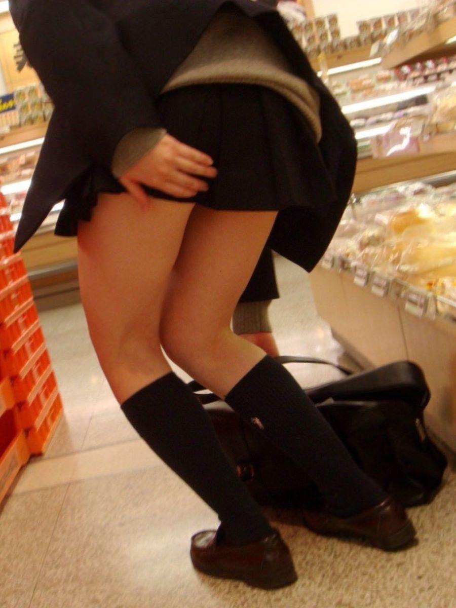 スカート押さえてる JK画像 9