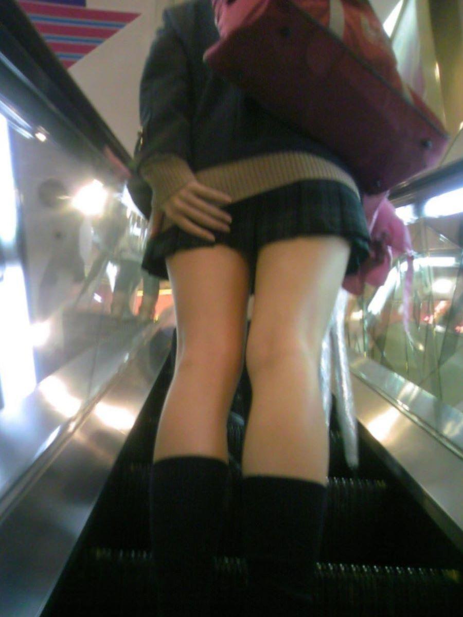 スカート押さえてる JK画像 12