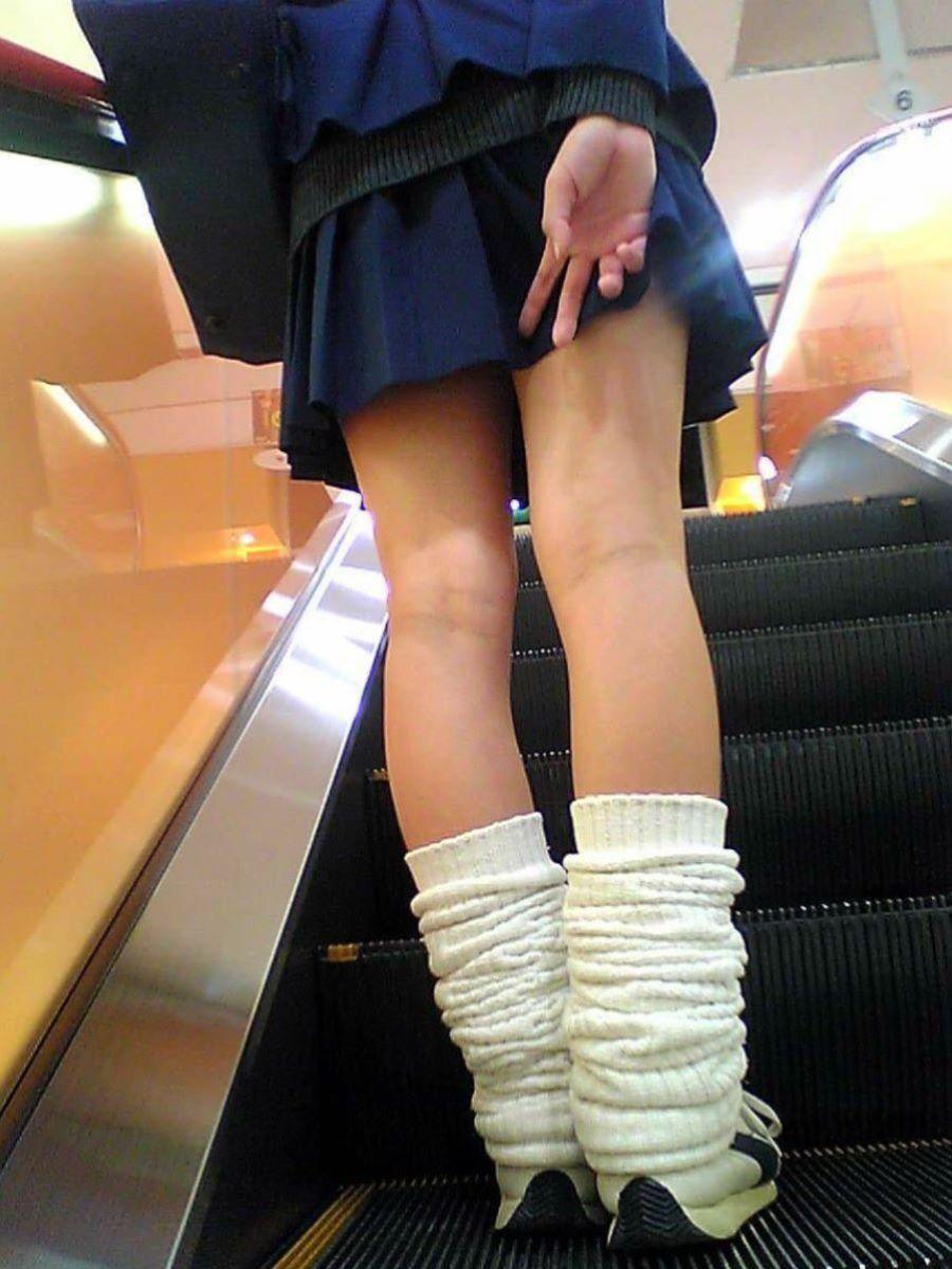 スカート押さえてる JK画像 15