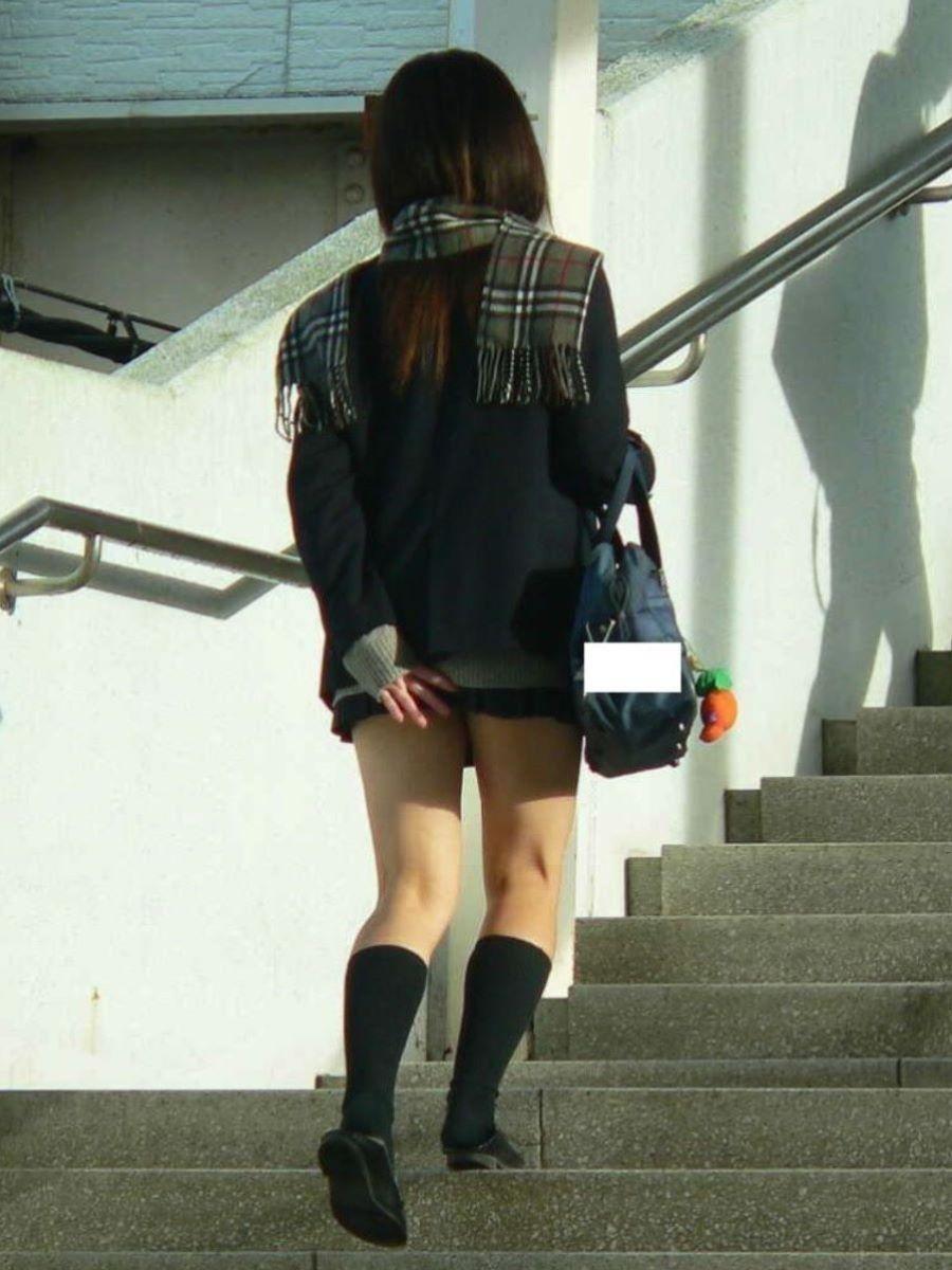 スカート押さえてる JK画像 32