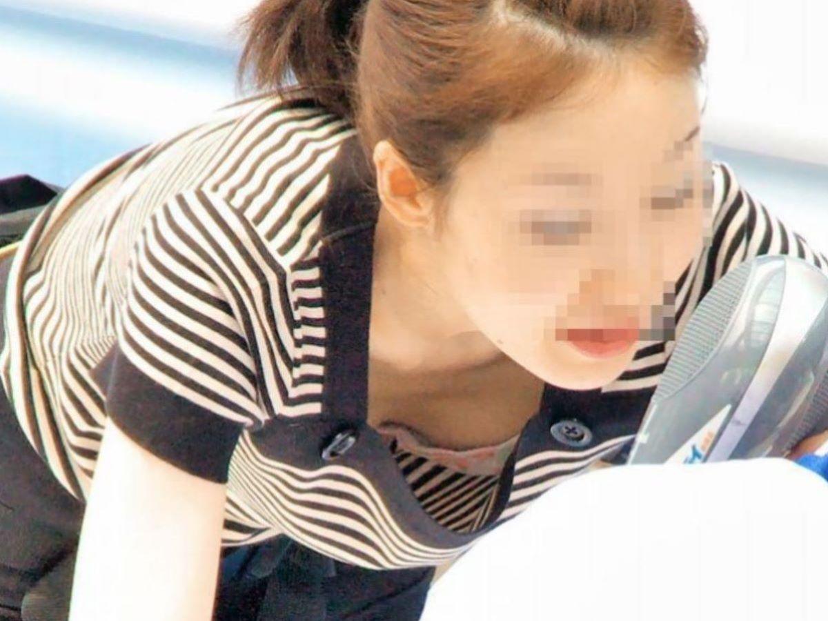 女性店員 胸チラ 画像 16