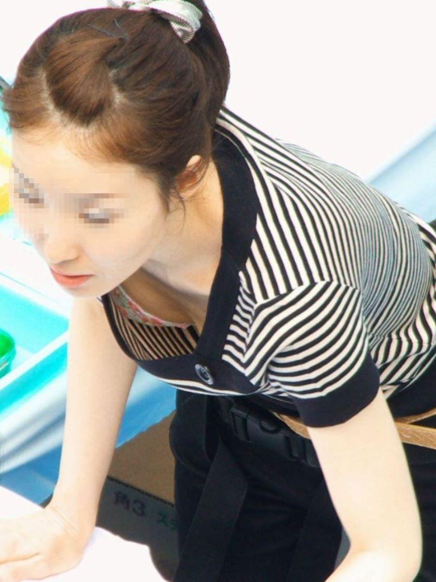 女性店員 胸チラ 画像 17