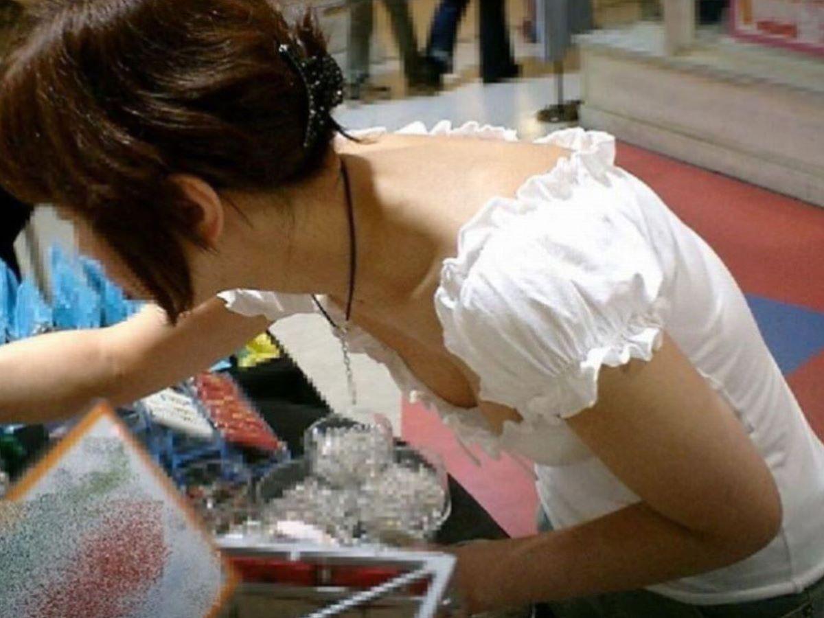 女性店員 胸チラ 画像 22