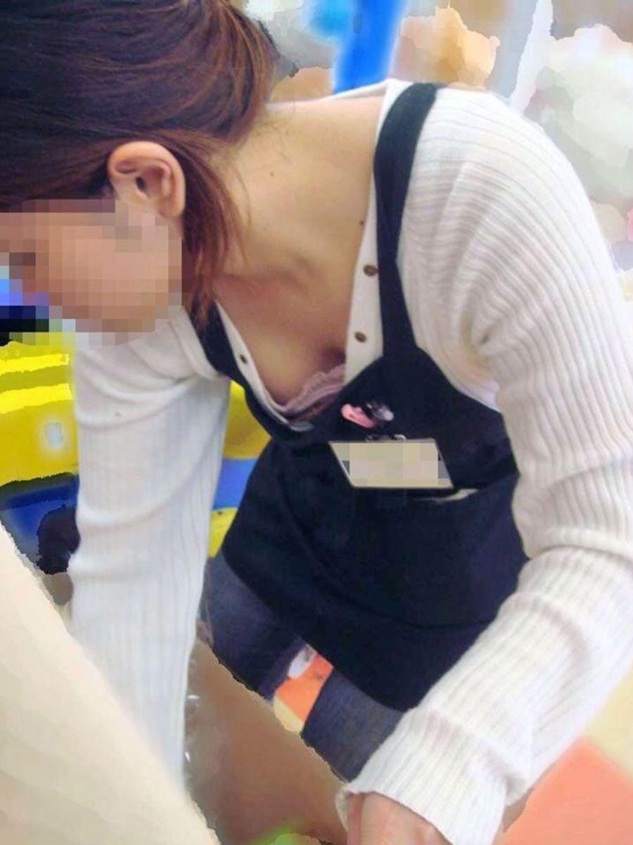 女性店員 胸チラ 画像 32