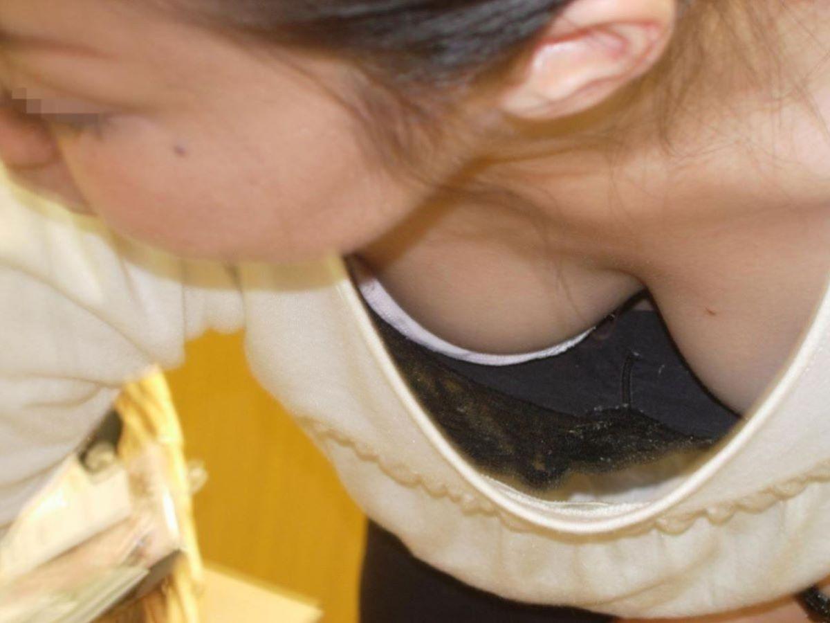 女性店員 胸チラ 画像 35