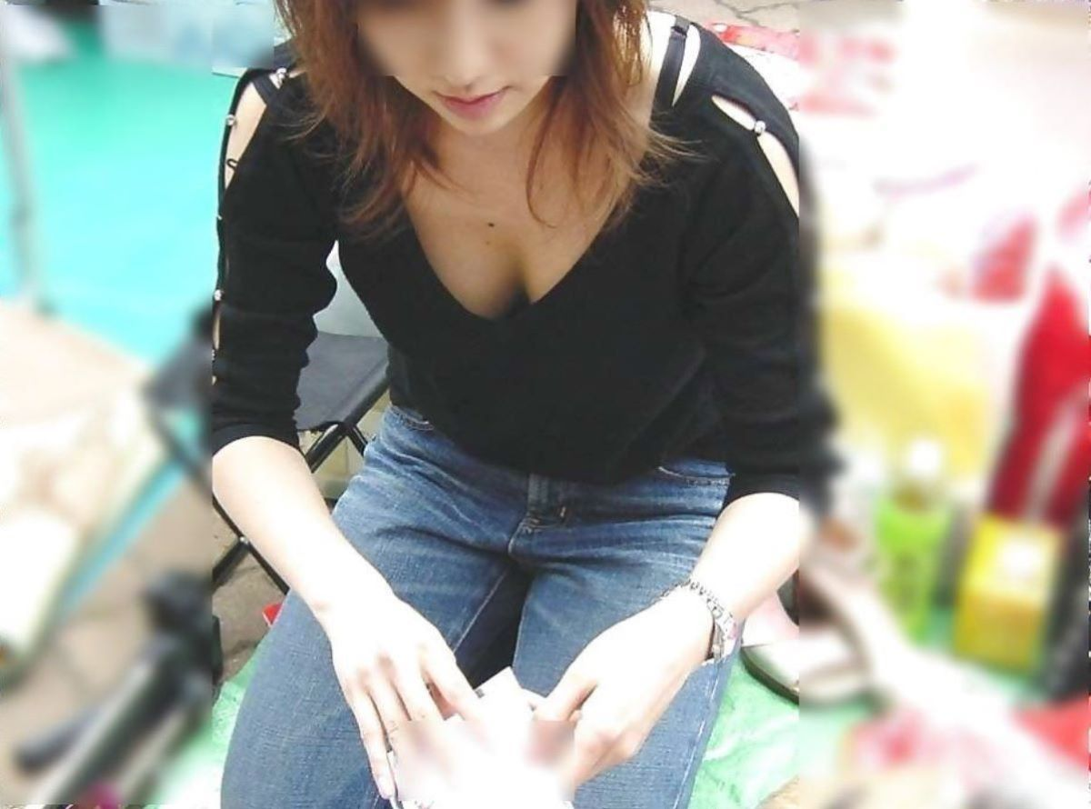 女性店員 胸チラ 画像 49