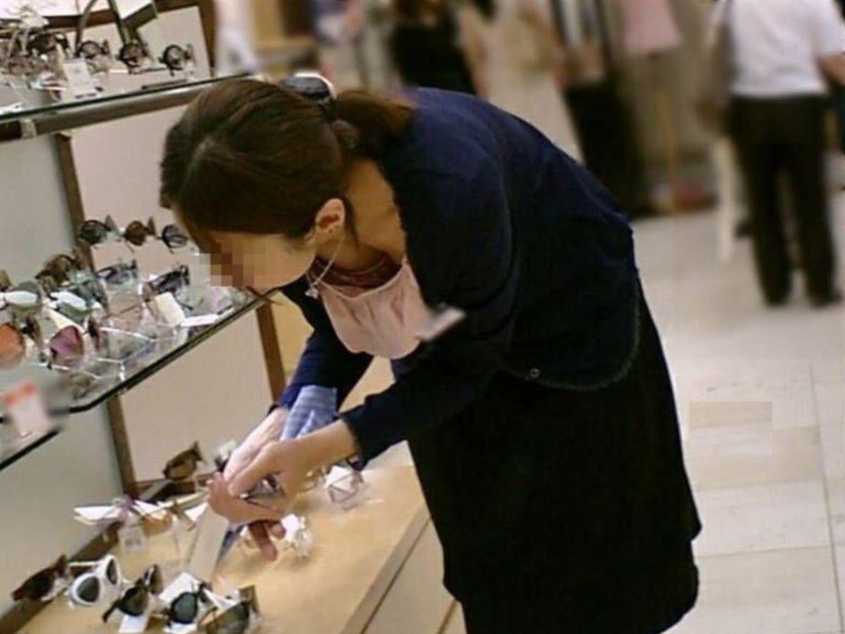 女性店員 胸チラ 画像 56