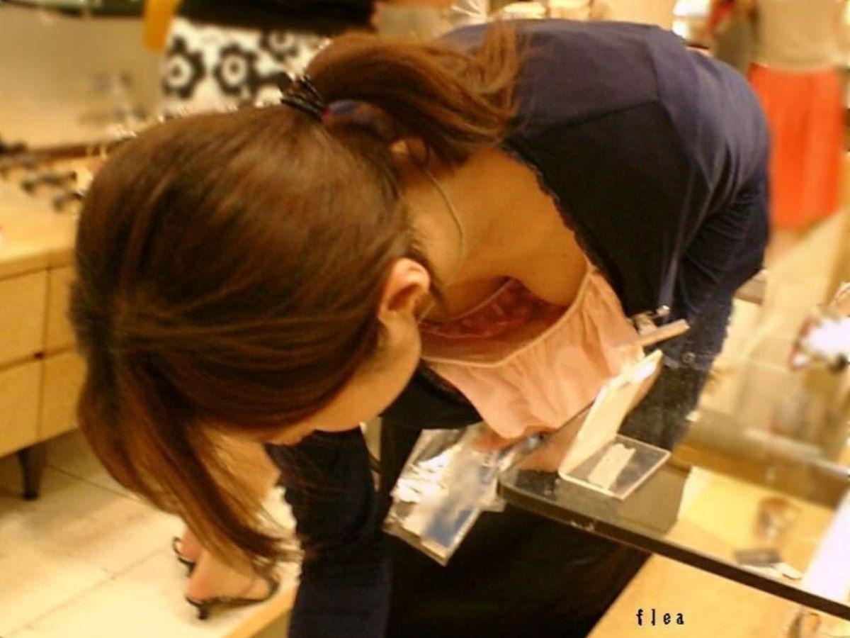 女性店員 胸チラ 画像 57
