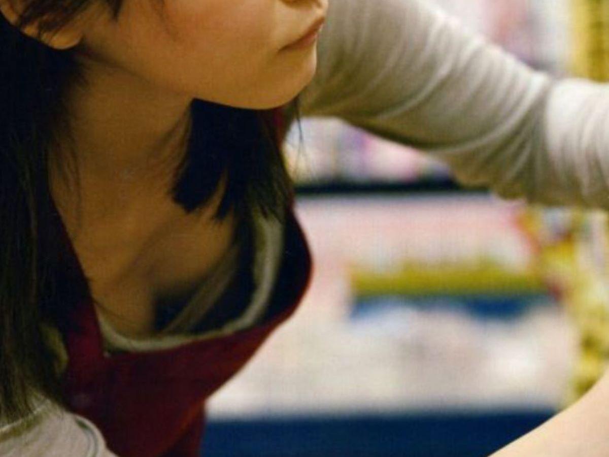 女性店員 胸チラ 画像 80