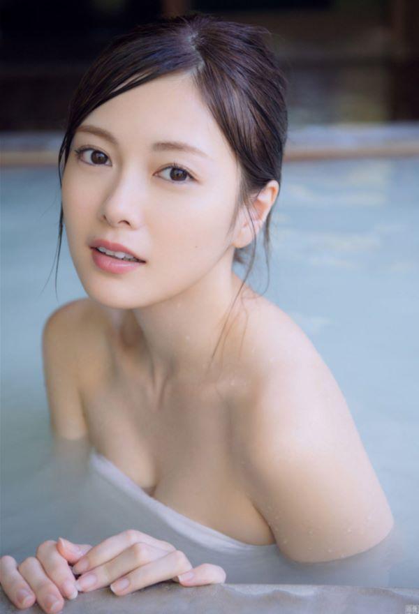 白石麻衣が温泉に入浴してる新春セミヌード…(※画像あり)