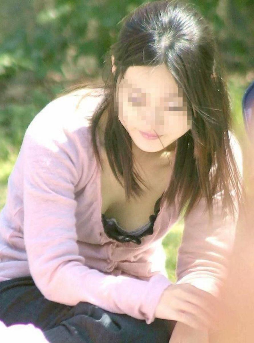 素人 前屈み 胸チラ画像 31