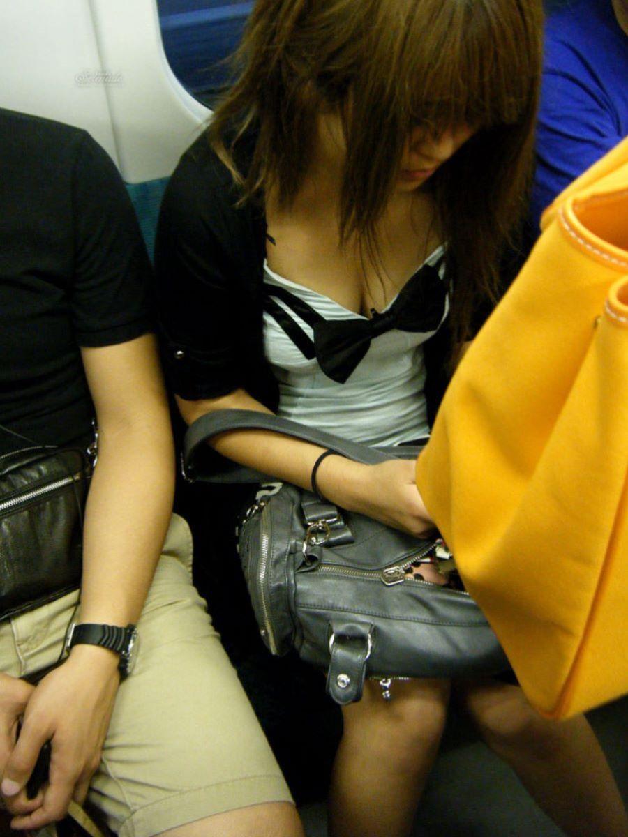 バス 電車 胸チラ画像 1