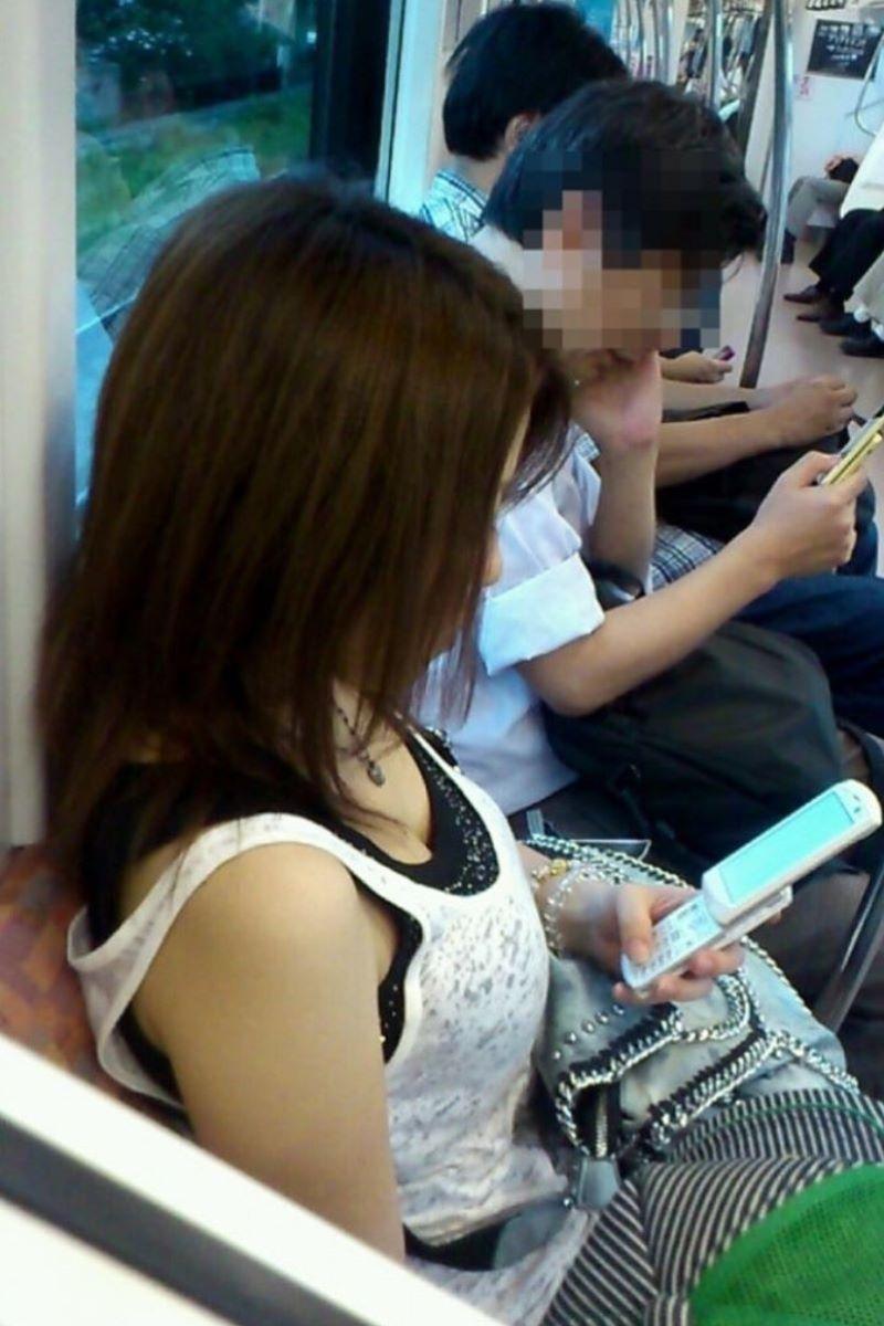 バス 電車 胸チラ画像 21