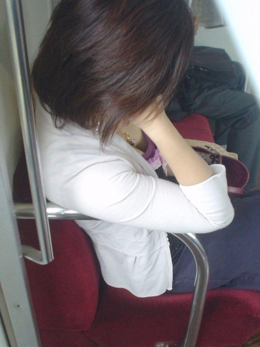 バス 電車 胸チラ画像 27