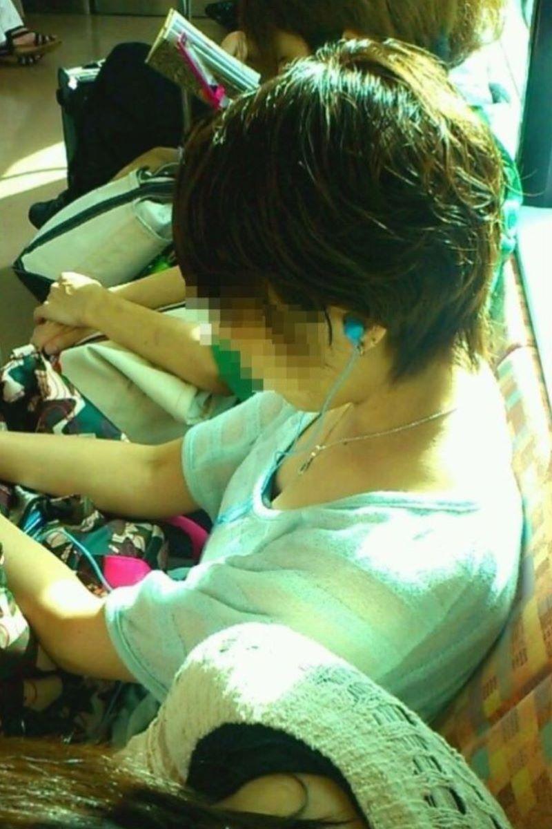 バス 電車 胸チラ画像 28