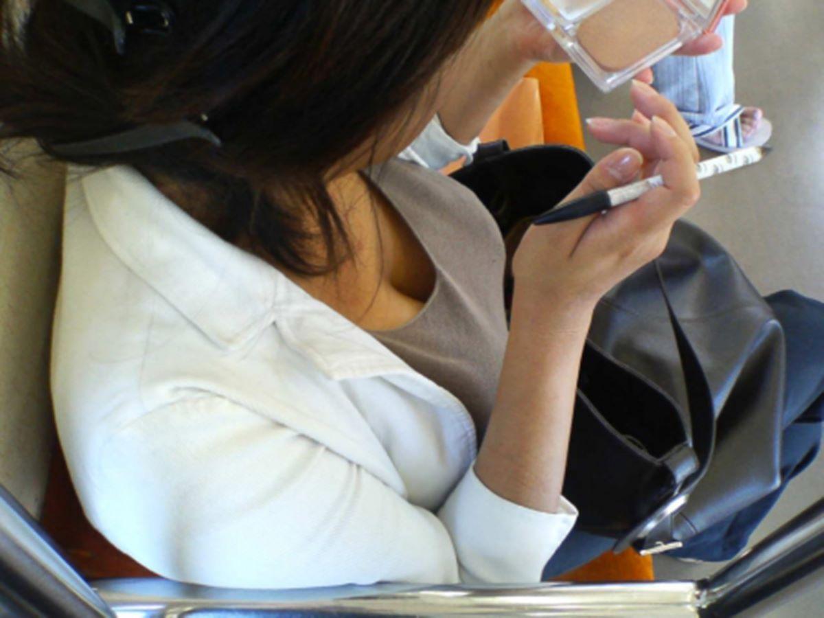 バス 電車 胸チラ画像 35