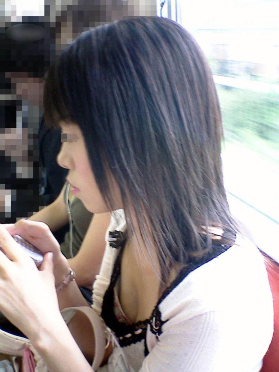 バス 電車 胸チラ画像 39