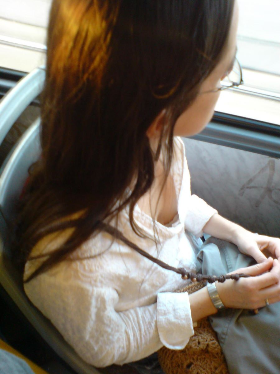 バス 電車 胸チラ画像 45