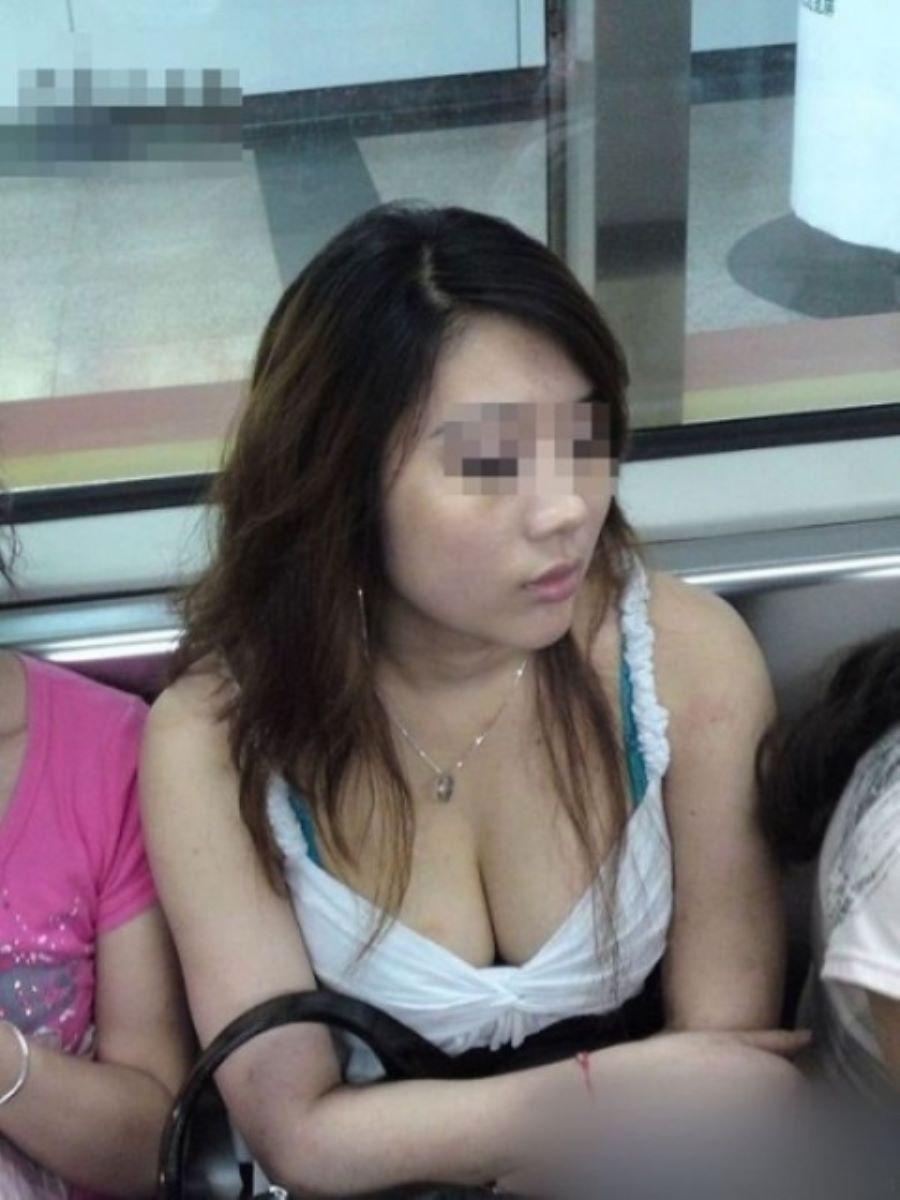 バス 電車 胸チラ画像 60