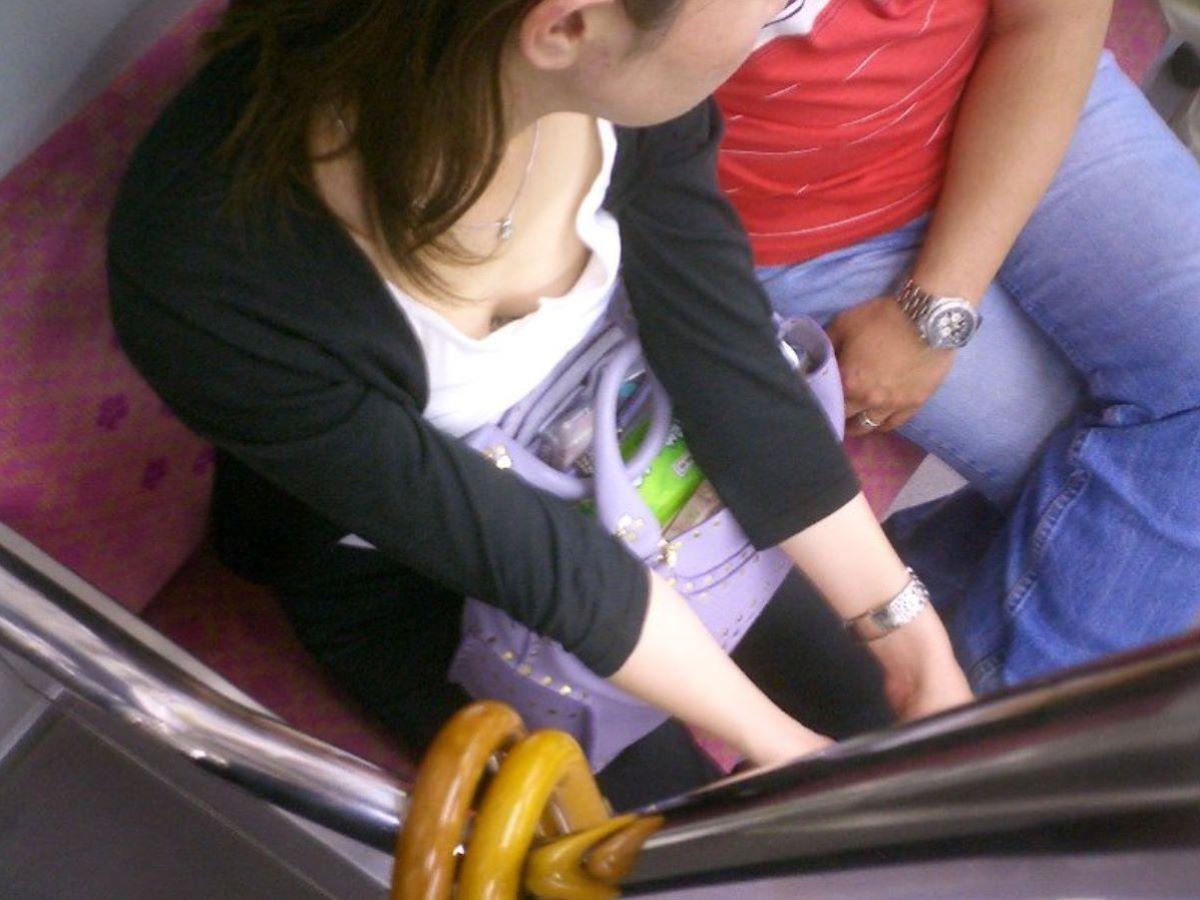 バス 電車 胸チラ画像 102