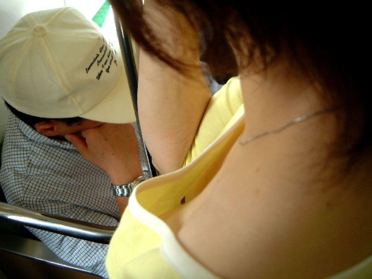 バス 電車 胸チラ画像 103