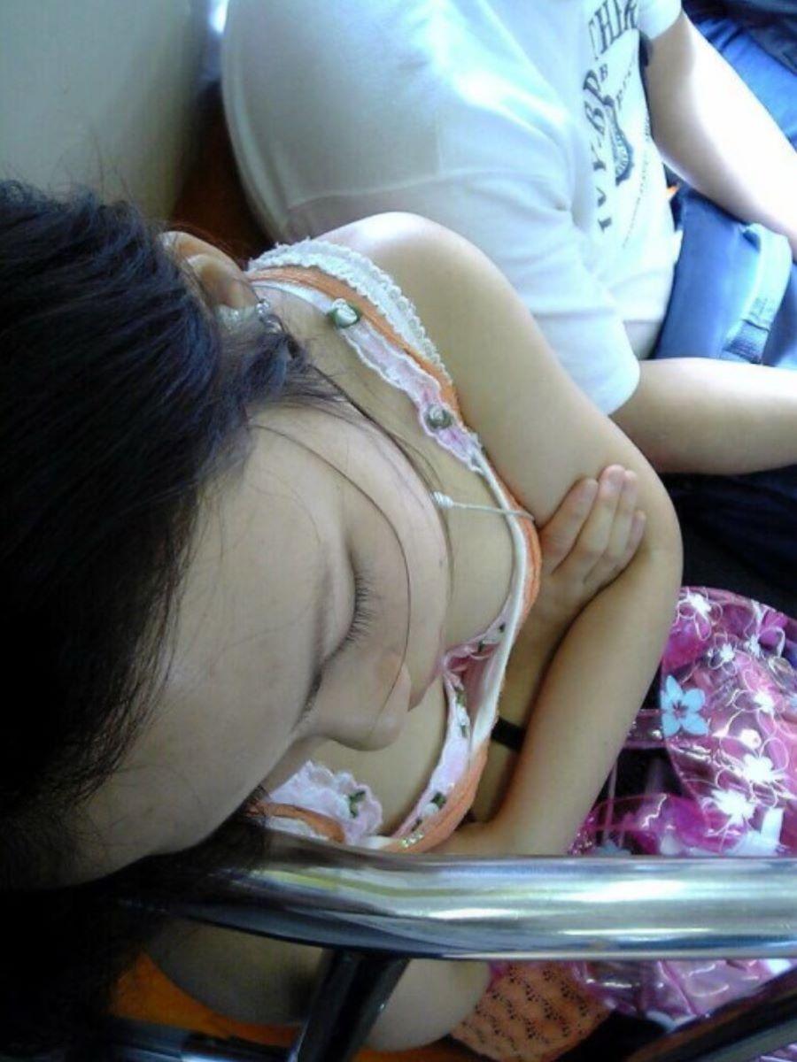 バス 電車 胸チラ画像 105