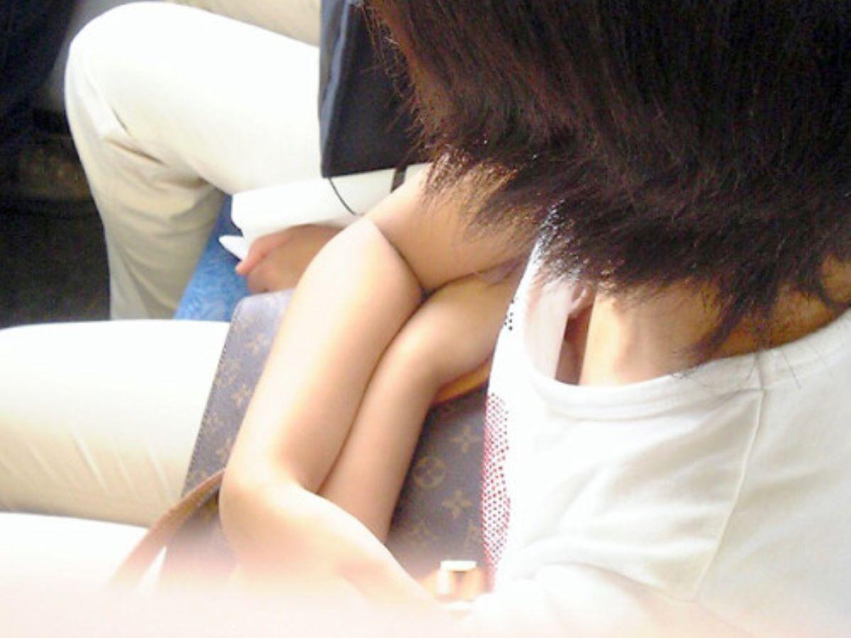 バス 電車 胸チラ画像 122
