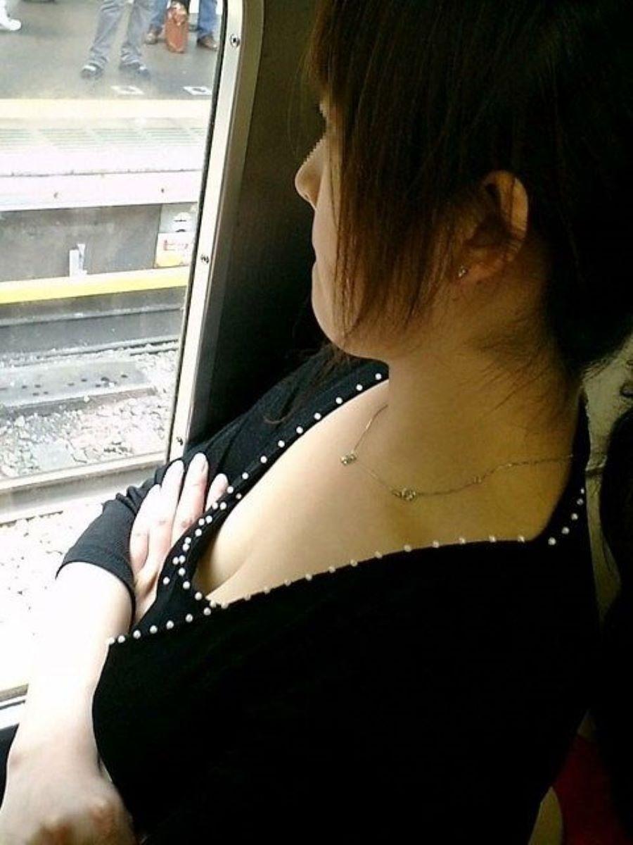バス 電車 胸チラ画像 129