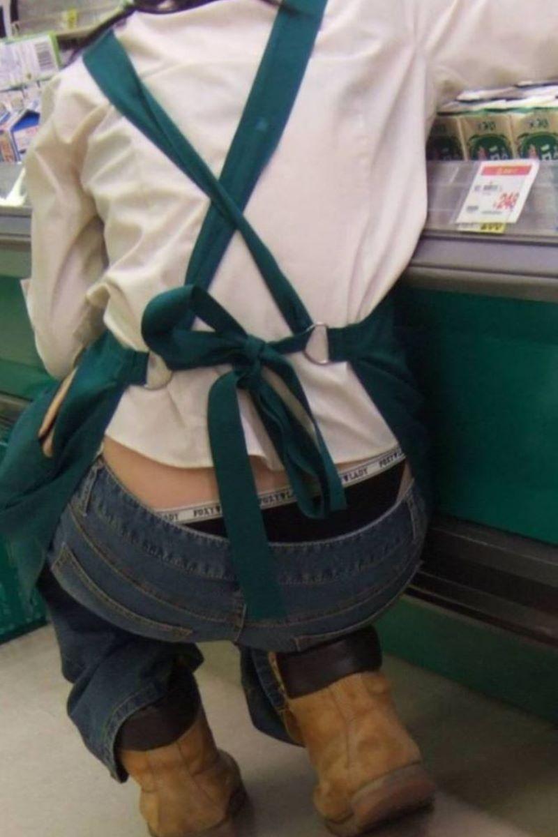 女性店員 ハミパン パンチラ画像 1