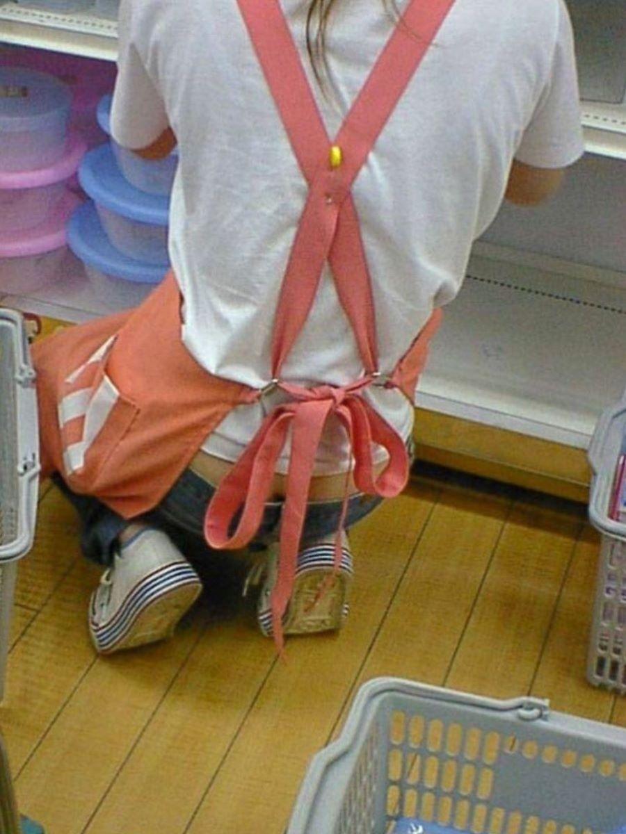 女性店員 ハミパン パンチラ画像 4