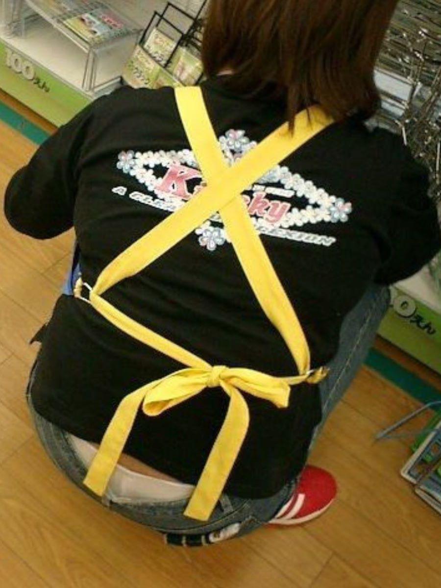 女性店員 ハミパン パンチラ画像 11