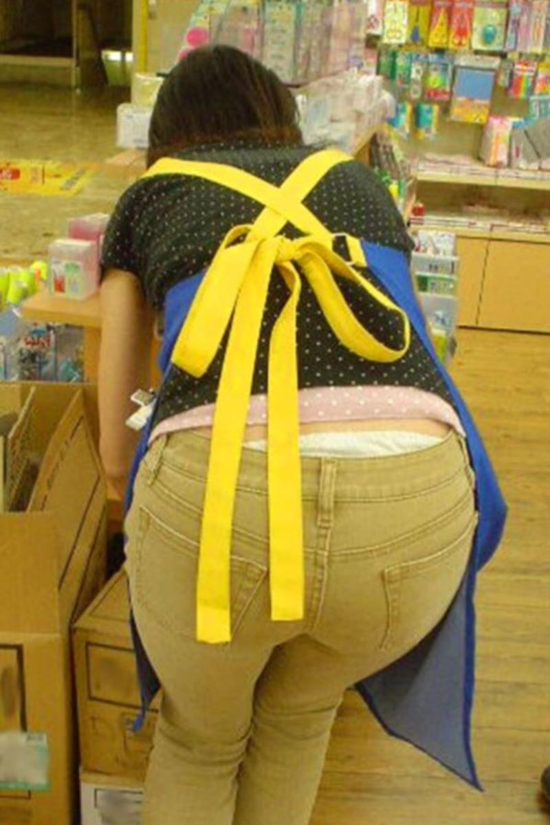 女性店員 ハミパン パンチラ画像 14
