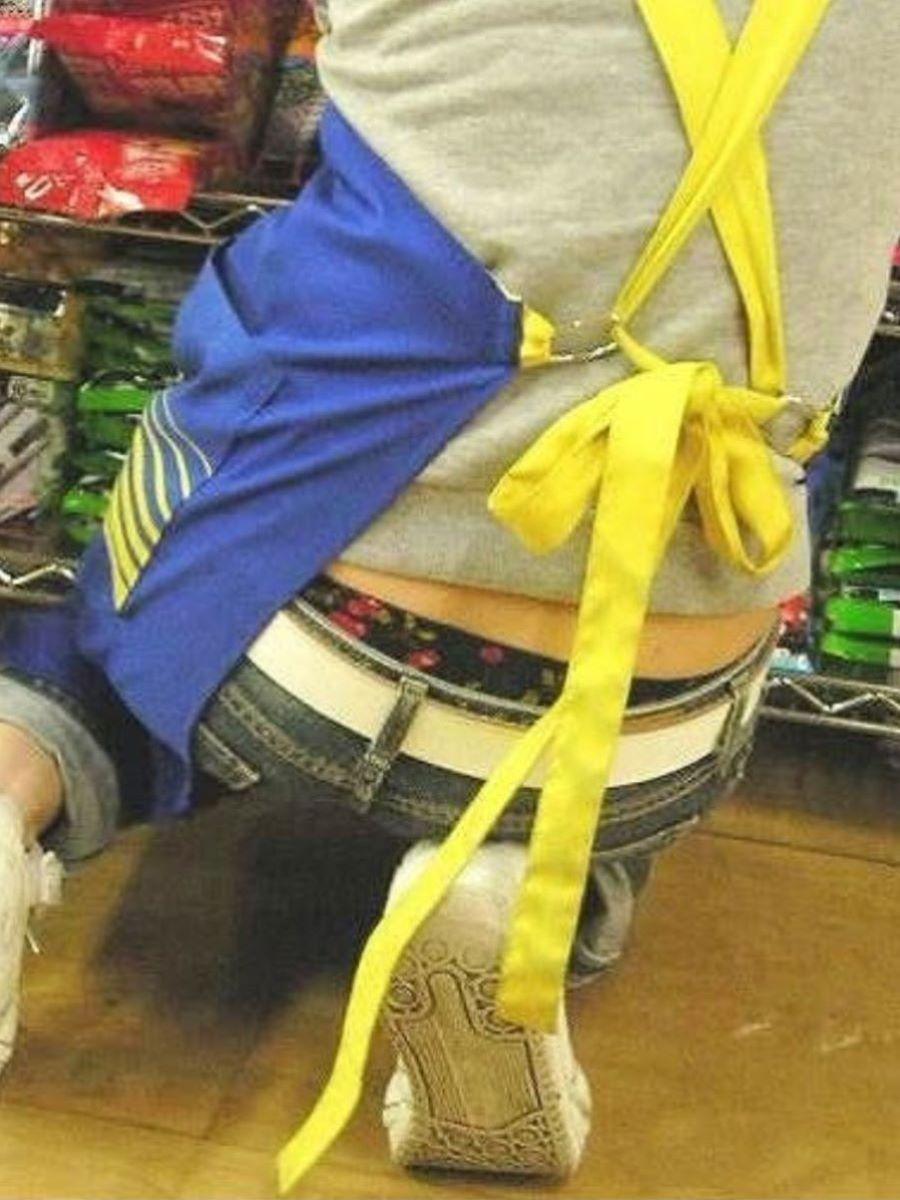 女性店員 ハミパン パンチラ画像 15
