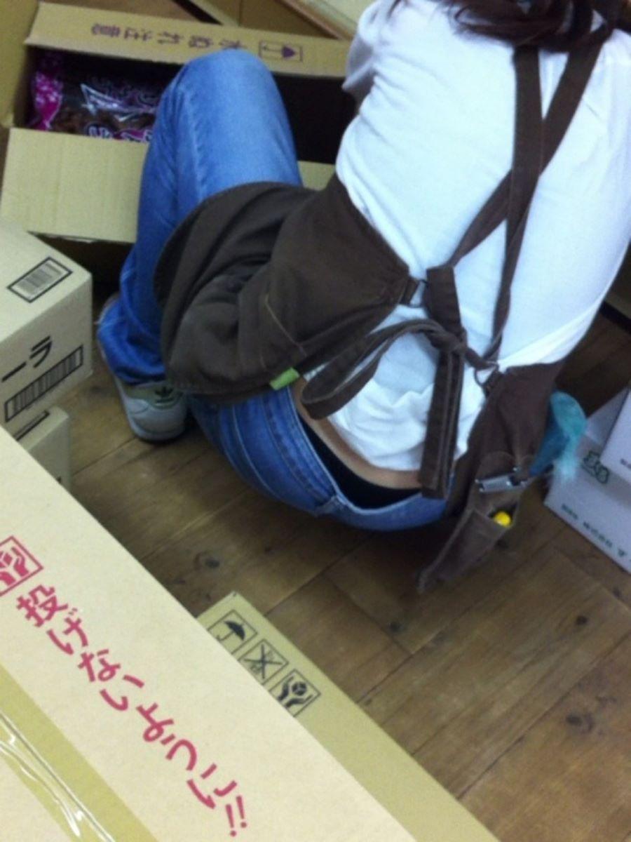 女性店員 ハミパン パンチラ画像 18