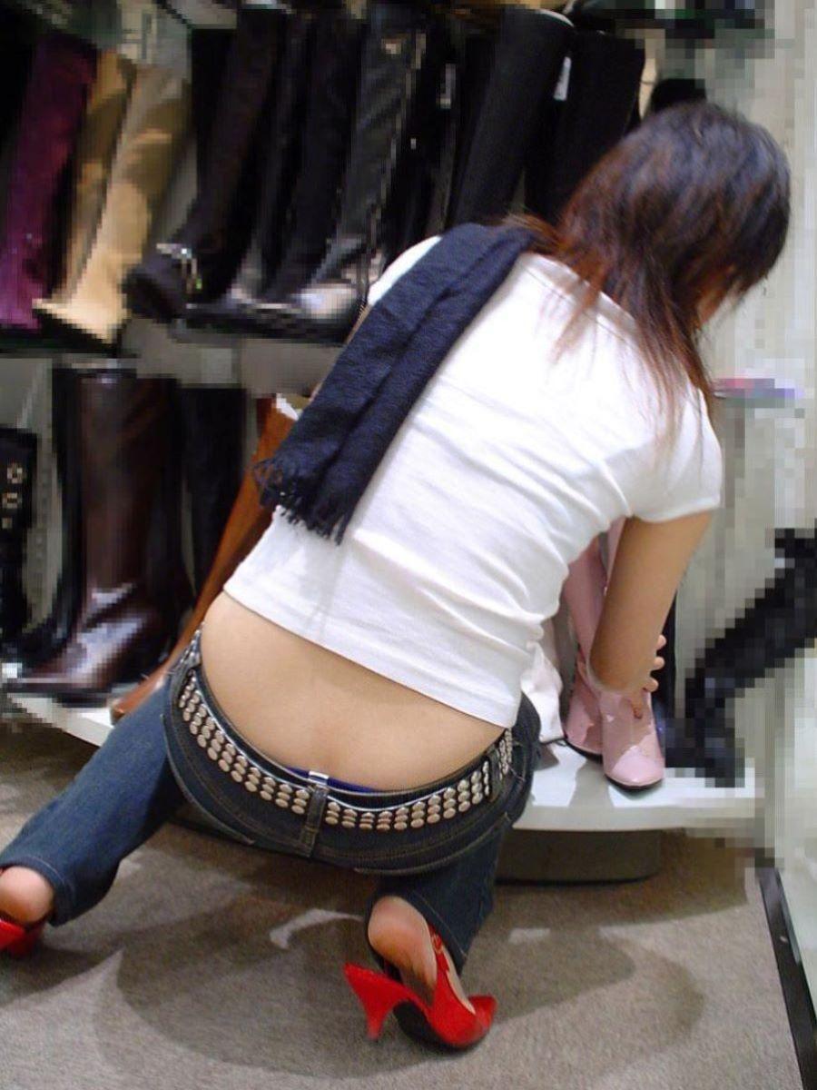 女性店員 ハミパン パンチラ画像 21
