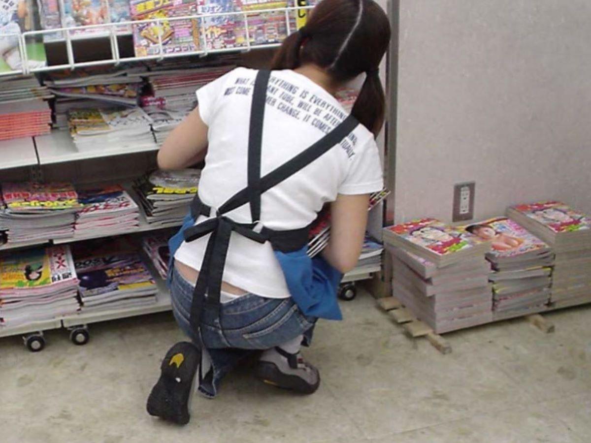 女性店員 ハミパン パンチラ画像 34