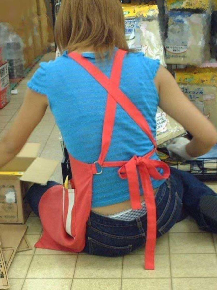 女性店員 ハミパン パンチラ画像 46