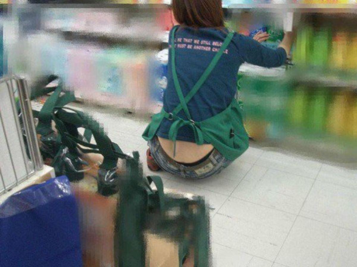 女性店員 ハミパン パンチラ画像 53
