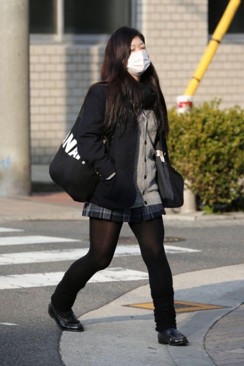 黒タイツの女子高生を街撮りした黒パンストJK画像