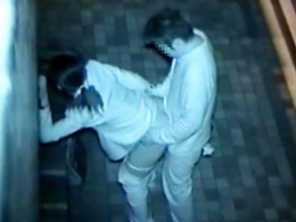 真夜中の野外セックスを暗視カメラで撮影した結果…(※画像あり)