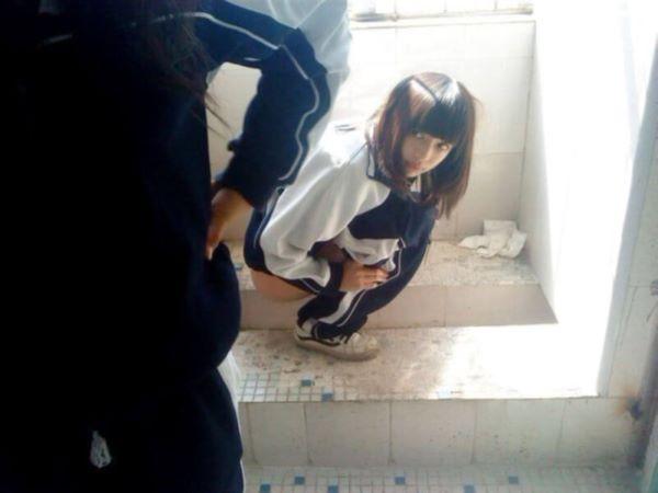 美女 野ション 美人 野外 おしっこ 女性 放尿 エロ画像 2