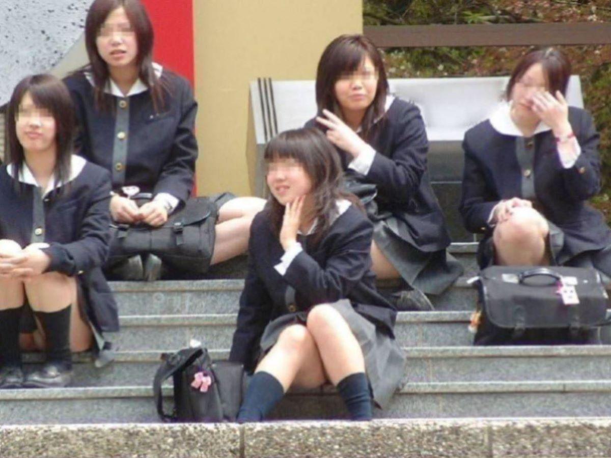 しゃがみパンチラ 制服JK画像 3