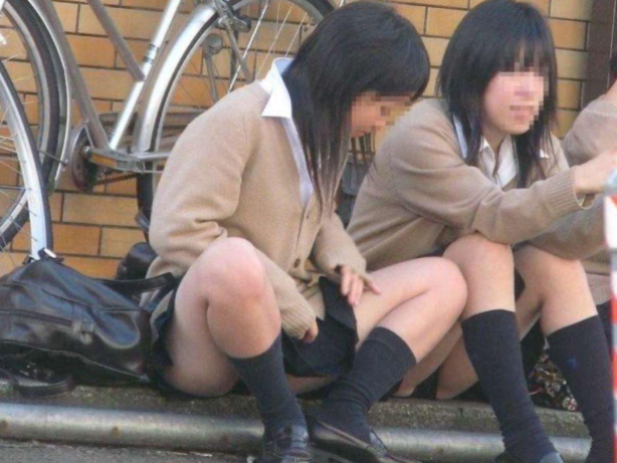 しゃがみパンチラ 制服JK画像 13