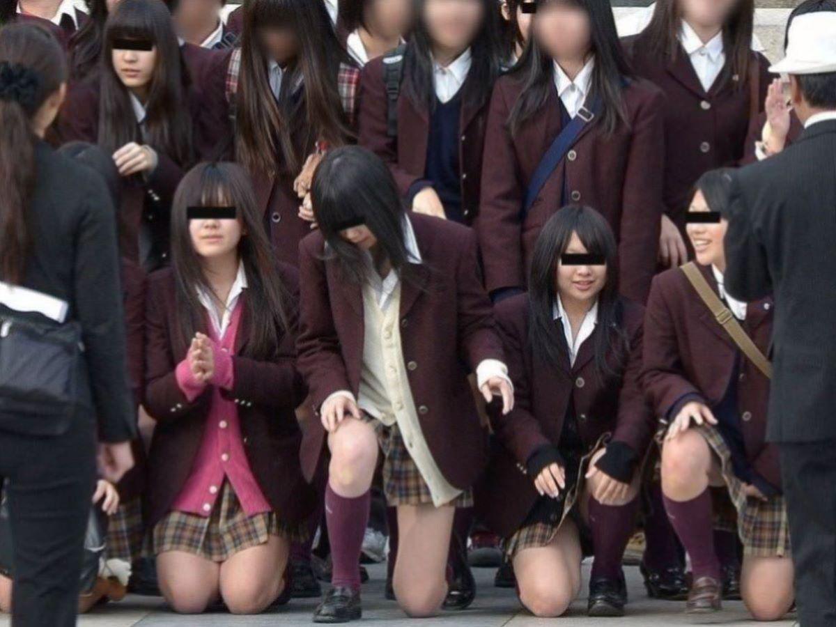 しゃがみパンチラ 制服JK画像 15