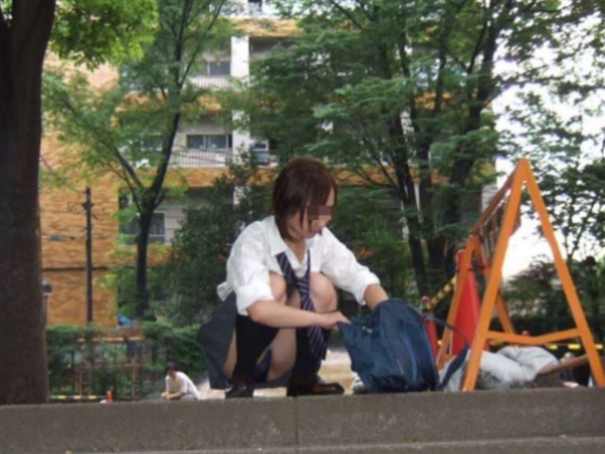 しゃがみパンチラ 制服JK画像 25