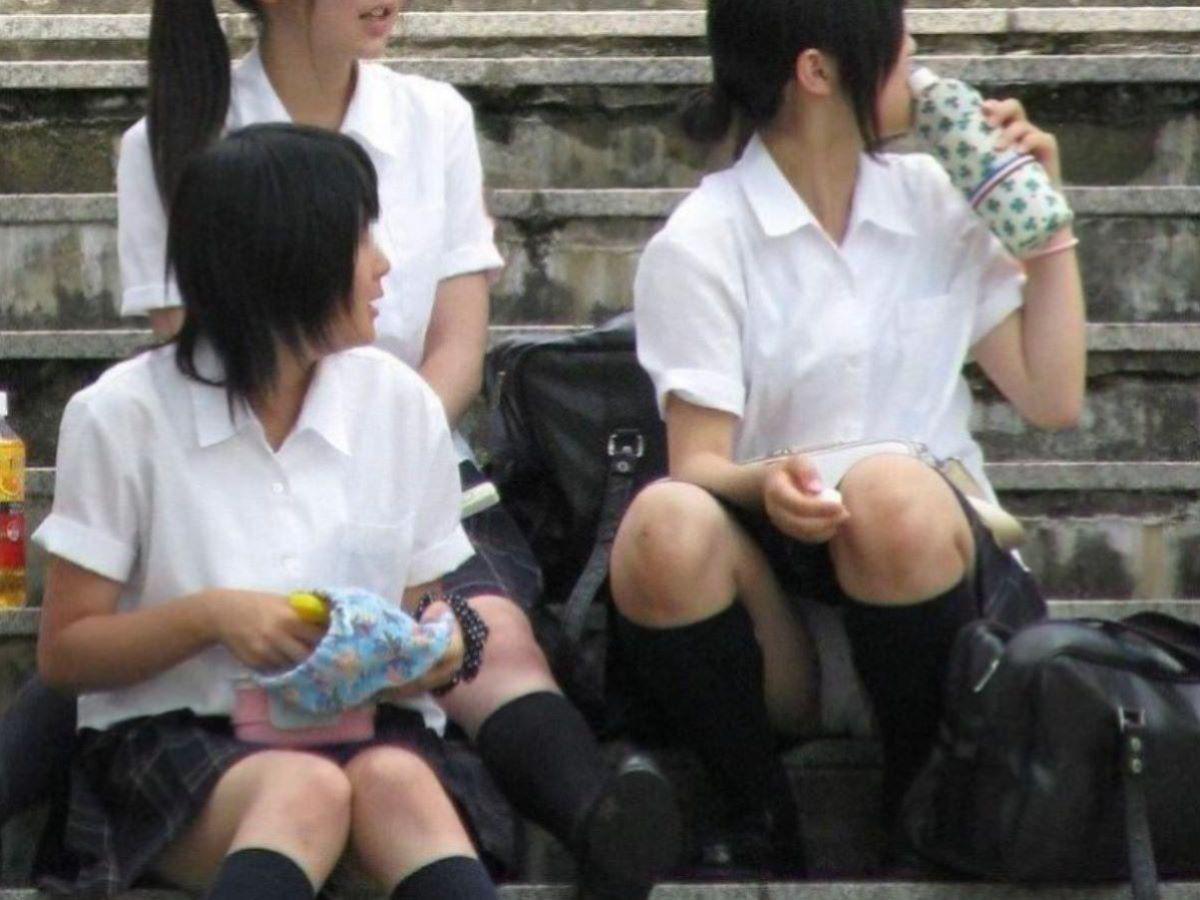 しゃがみパンチラ 制服JK画像 26