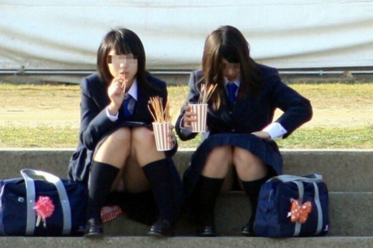 しゃがみパンチラ 制服JK画像 48
