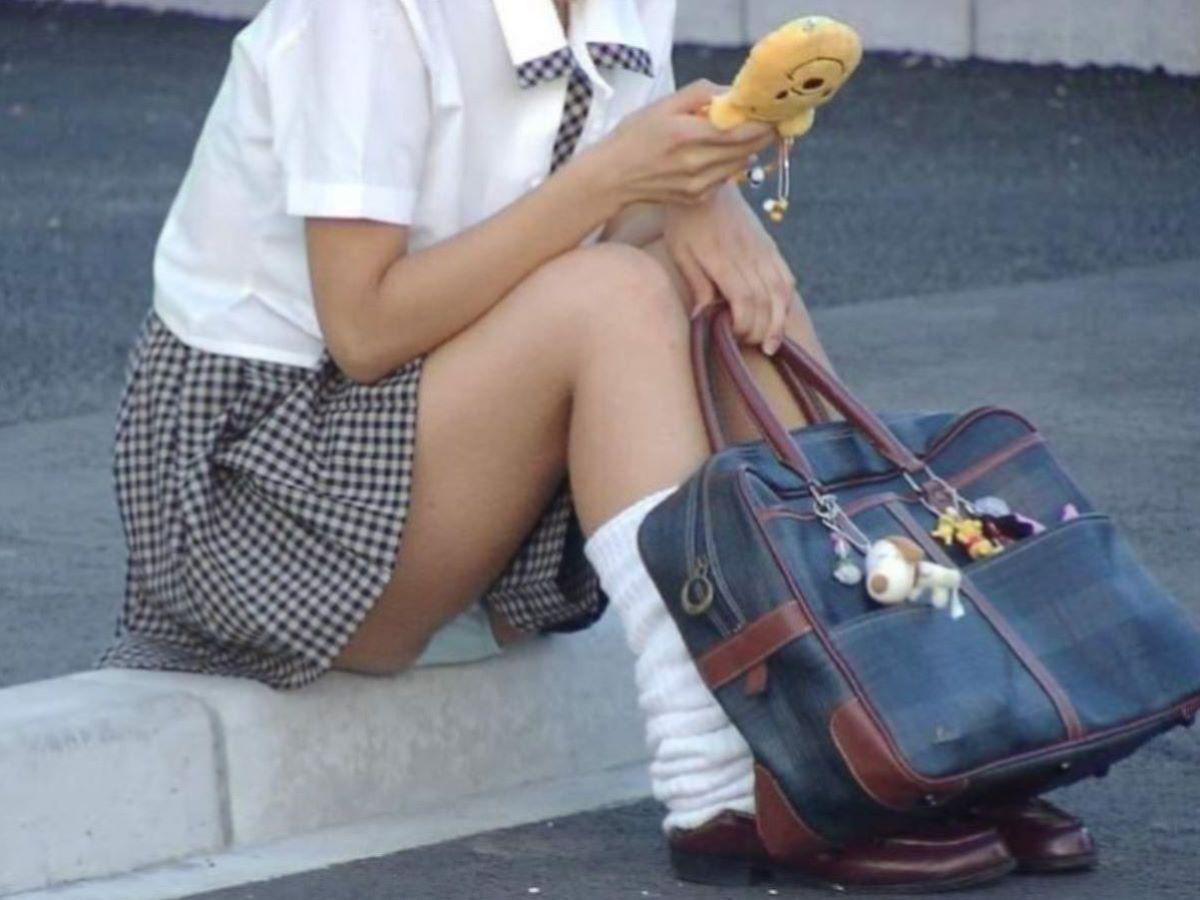 しゃがみパンチラ 制服JK画像 56