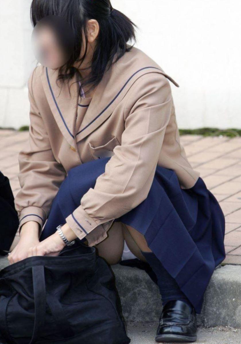 しゃがみパンチラ 制服JK画像 62