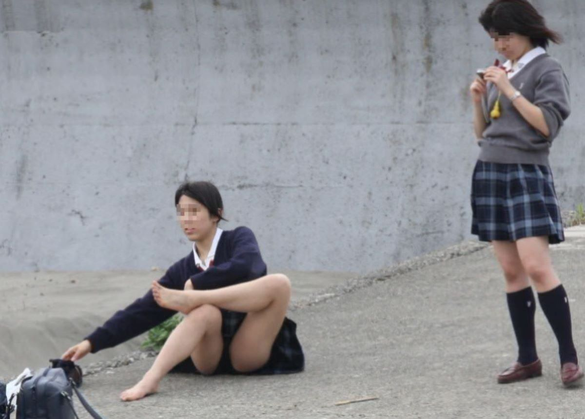 しゃがみパンチラ 制服JK画像 63
